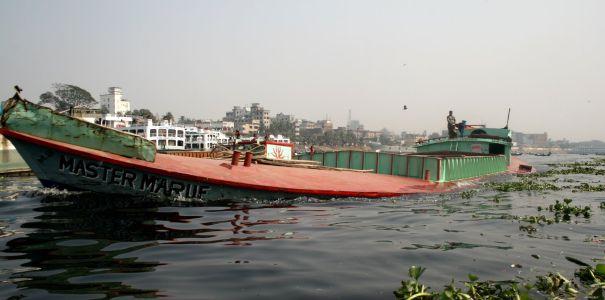Floden Buriganga i Dhaka. Notera vattenlinjen pŒ prŒmen.