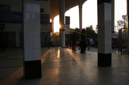 TŒgstationen i Dhaka en tidig morgon. Ska Œka sšderut till Chittagong.