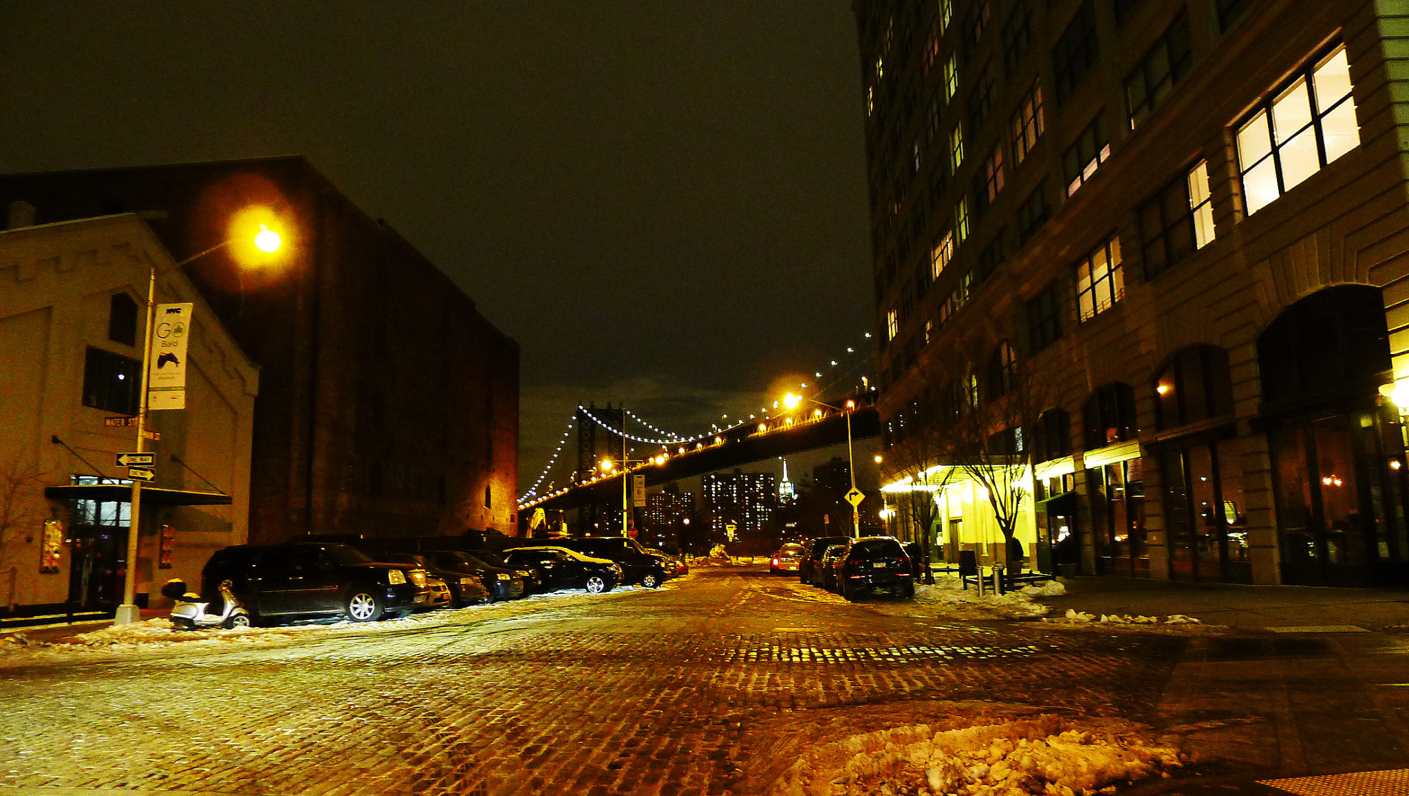 Manhattan Bridge sedd från Dumbo, Brooklyn.