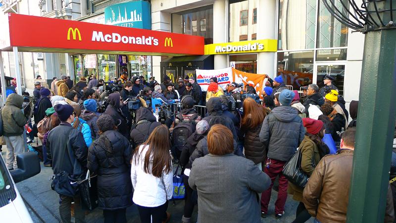 Demonstrationen utanför en McDonald's-restaurang på Femte avenyn på Manhattan i tisdags. Foto: Erik Bergin