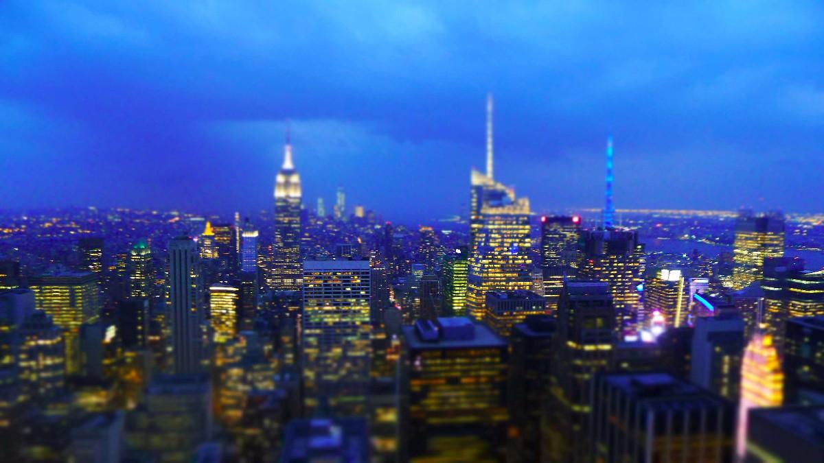 Åskan drar in över New York. Vy från Rockefeller Center söderut.